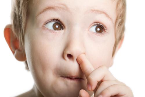 Kleiner Junge bohrt in der Nase.